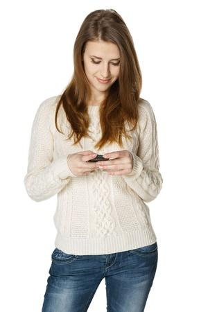 amigas conversando: Mujer enviando un sms en el teléfono celular, aisladas sobre fondo blanco