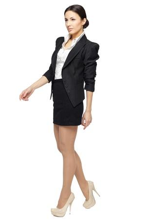 Sur toute la longueur de la jeune femme d'affaires marchant isolé sur blanc Banque d'images