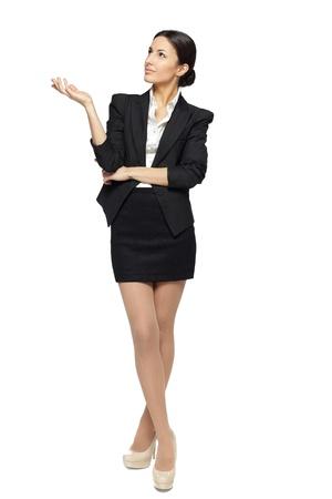 cuerpo entero: Integral de mujer de negocios hermosa que muestra copia espacio hacia arriba sobre fondo blanco