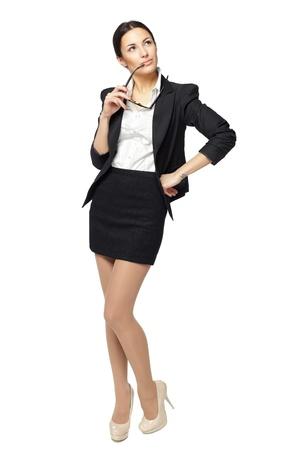 Sur toute la longueur de la jeune femme d'affaires regardant vers le haut, isolé sur fond blanc