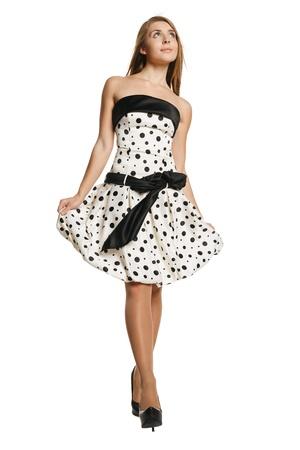 Sur toute la longueur de la marche belle jeune fille en robe romantique, levant les yeux, sur fond blanc