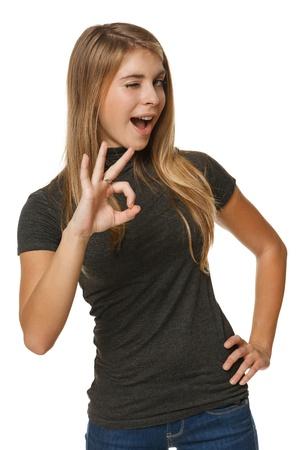 Jeune femme avec le geste OK clin d'?il isolé sur blanc Banque d'images