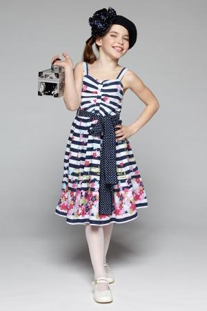 petite fille avec robe: Summer dragueur petite fille avec la boîte pleine longueur robe d'été de peu de port de fille dans le style marin sur fond gris