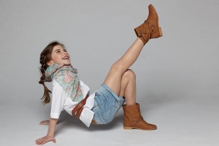 Petite fille s'amuser sur le plancher du studio Banque d'images