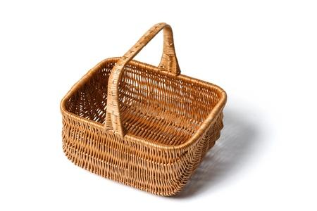 canasta de panes: Cesta de mimbre vac�a aislada en el fondo blanco