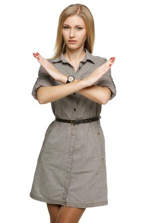 Femme d'affaires sérieuse faisant stop sur fond blanc