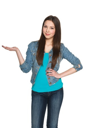 白い背景に対して彼女の手のひらに空白コピー スペースを保持しているカジュアルな若い女性 写真素材