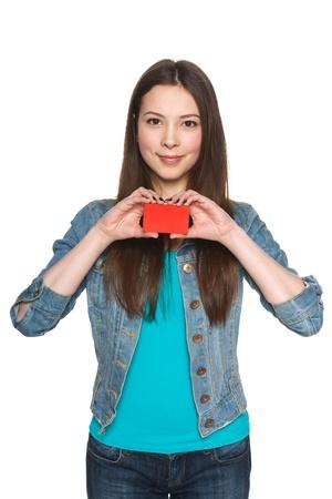 若い十代の女性示す空白のクレジット カードと白い背景に対してジェスチャー親指 写真素材