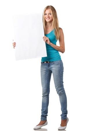 Pleine longueur belle femme montrant tableau blanc vierge