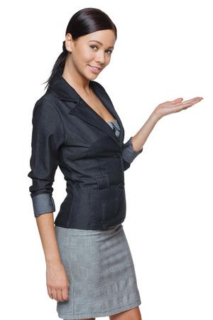 Femme d'affaires affichant  maintien de l'espace exemplaire en blanc de palmier sur fond blanc