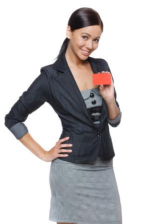 白い背景で隔離のクレジット カードを保持しているビジネス女性の笑みを浮かべてください。