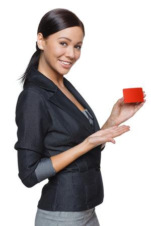 白い背景で隔離のクレジット カードを保持している笑顔のビジネス女性 写真素材