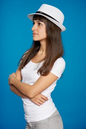 chapeau de paille: Pensive femme dans un chapeau de paille regardant sur le côté Banque d'images