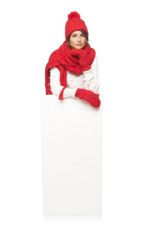 outerwear: Donna Relaxed esterno in inverno in piedi in piena lunghezza appoggiata sul banner bianco in studio su sfondo bianco Archivio Fotografico
