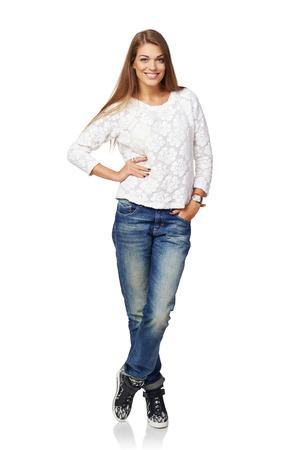 cuerpo completo: Retrato de cuerpo entero de feliz sonriente joven y bella mujer, aislado sobre fondo blanco