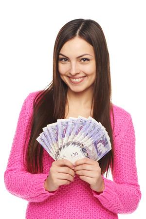 sterlina: Primo piano di giovane donna bellissima con sterline inglesi in mano