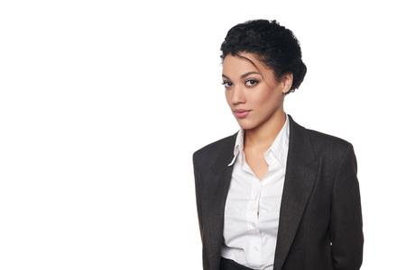 白い背景上深刻なと確信しを探しているアフリカ系アメリカ人ビジネスの女性の肖像画