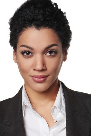 深刻なと自信を探しているアフリカ系アメリカ人ビジネス女性のポートレート、クローズ アップ