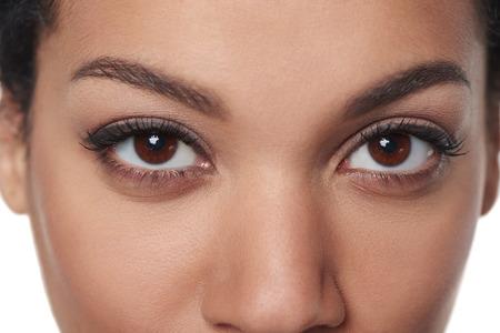 Bijgesneden close-up beeld van adembenemende vrouwelijke bruine ogen staren naar je