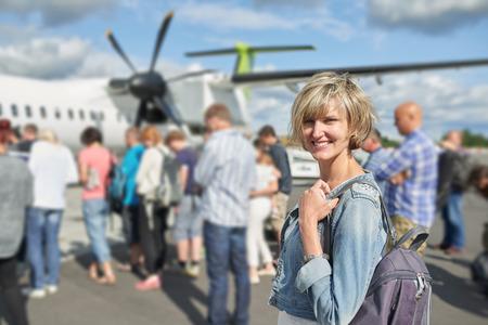 空港飛行機はしごボード、屋外にするつもりで立って幸せな女
