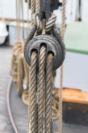 carrucole: Antica legno pulegge a vela e corde dettaglio