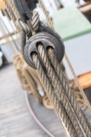 poleas: Antiguo velero de madera poleas y cuerdas detalle Foto de archivo