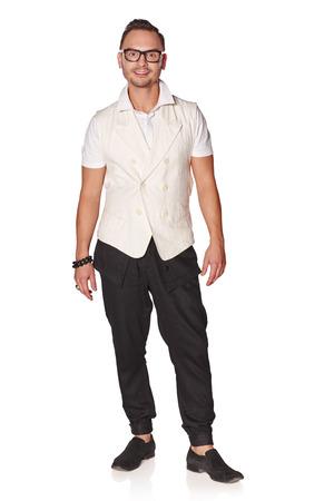 bonhomme blanc: Pleine longueur portrait de beau jeune homme se sentir d�tendu et insouciant, isol� sur fond blanc