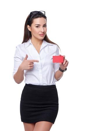 belle brune: Portrait de jeune femme d'affaires montrant la carte de crédit confiants isolé sur fond blanc