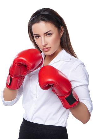 pelea: Fuerza, el poder o el concepto de la competencia. Empresaria con guantes de boxeo listo para luchar, aisladas sobre fondo blanco.