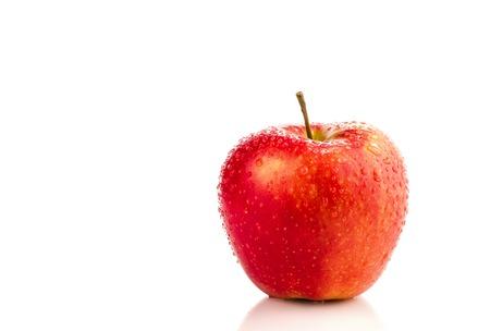 manzana roja: manzana roja con gotas de agua, aislado en fondo blanco