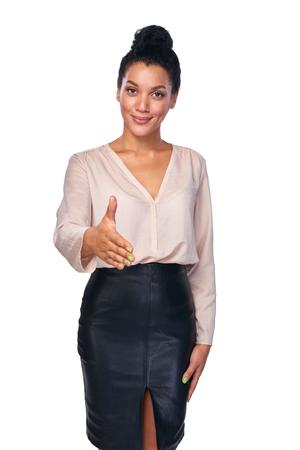 personas saludandose: Retrato de mujer de negocios de pie sobre fondo blanco y que le da un saludo falso