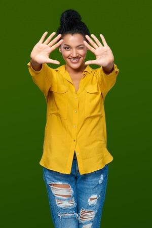 numero diez: Feliz raza mixta afroamericana - mujer caucásica que muestra dos palmas de las manos, dando de alta cinco gesto - el éxito y el concepto ganador.