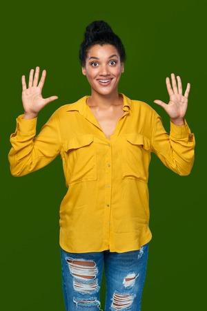 numero diez: Cuenta de la mano - diez dedos. sorprendido raza mixta afroamericana - mujer caucásica que indica el número diez con sus dedos Foto de archivo