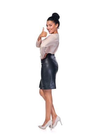mujer cuerpo entero: Feliz cauc�sico acertado raza mixta - africano americano mujer de negocios en su totalidad lengh gesticular pulgar en signo y sonriendo a la c�mara