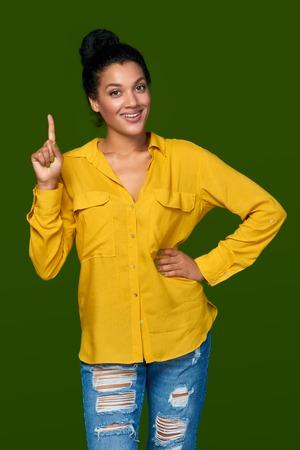 numero uno: Ocurrencia. raza mixta emocional emocionados afroamericano - mujer caucásica que apunta su dedo hacia arriba