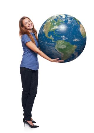 continente americano: bella mujer en longitud completa de retenci�n tierra globo en sus manos, continente americano delante, sobre fondo blanco sonriente Foto de archivo