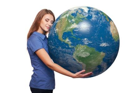 continente americano: Soñando con hermosa mujer sosteniendo el planeta tierra en sus manos, con los ojos cerrados continente americano delante, sobre fondo blanco