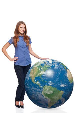 continente americano: Mujer hermosa sonriente en toda su longitud de pie con el planeta tierra, continente americano delante, sobre el fondo blanco