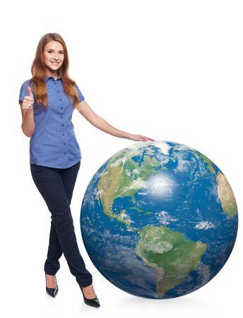 continente americano: Una sonrisa hermosa mujer en toda su longitud de pie con el planeta tierra, continente americano en el frente, y haciendo un gesto pulgar hacia arriba, sobre el fondo blanco
