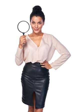 lupa: de concepto. Mujer de negocios confía en pie lupa tenencia, aislado más de blanco