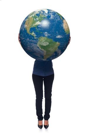 continente americano: La mujer en integral de retención tierra globo en sus manos, continente americano delante, sobre el fondo blanco Foto de archivo