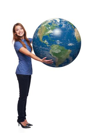continente americano: Mujer feliz emocionado en toda su longitud celebraci�n globo de la tierra en sus manos, continente americano delante, sobre el fondo blanco