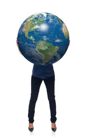 continente americano: La mujer en integral de retenci�n tierra globo en sus manos, continente americano delante, sobre el fondo blanco Foto de archivo