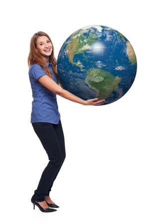 continente americano: Mujer feliz en toda su longitud celebraci�n globo de la tierra en sus manos, continente americano delante, sobre el fondo blanco
