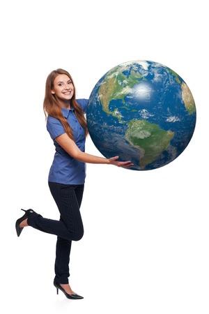 continente americano: Mujer feliz lúdico en toda su longitud celebración globo de la tierra en sus manos, continente americano delante, sobre el fondo blanco
