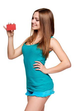 jeune fille adolescente: Teen girl lumineuse montrant carte vierge de crédit isolé sur fond blanc