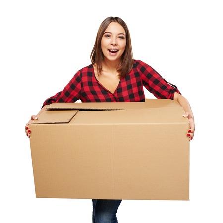 boite carton: Bonne jeune femme en riant boîte en carton portant isolé sur fond blanc