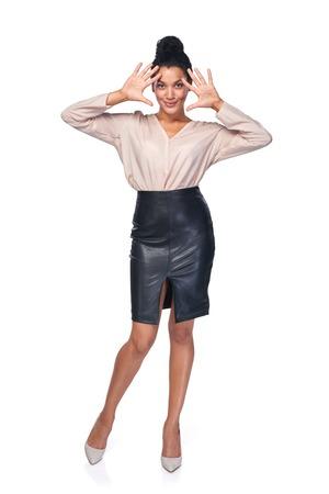 numero diez: Longitud total de sonriente mujer de negocios que muestra sus palmas, contando parte - el número diez