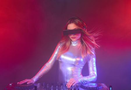 gogo girl: Schönes DJ-Mädchen auf Decks auf der Party