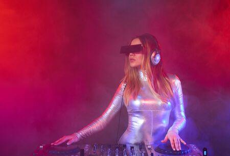 gogo girl: Sch�nes DJ-M�dchen auf Decks auf der Party
